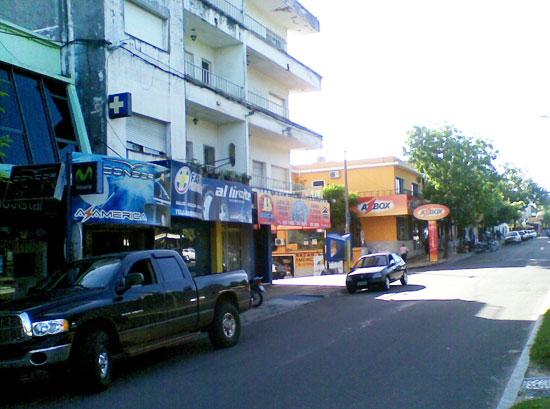 Rua que divide Brasil e Uruguay em Rivera e as lojas de AZBOX.